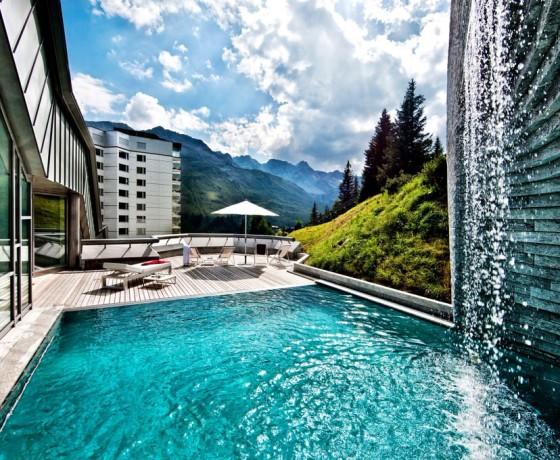 Basen w hotelu Tschuggen Grand Hotel w Szwajcarii